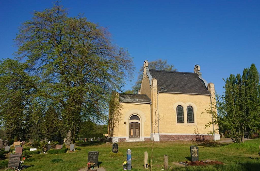Gelbe Kapelle auf einem Friedhof